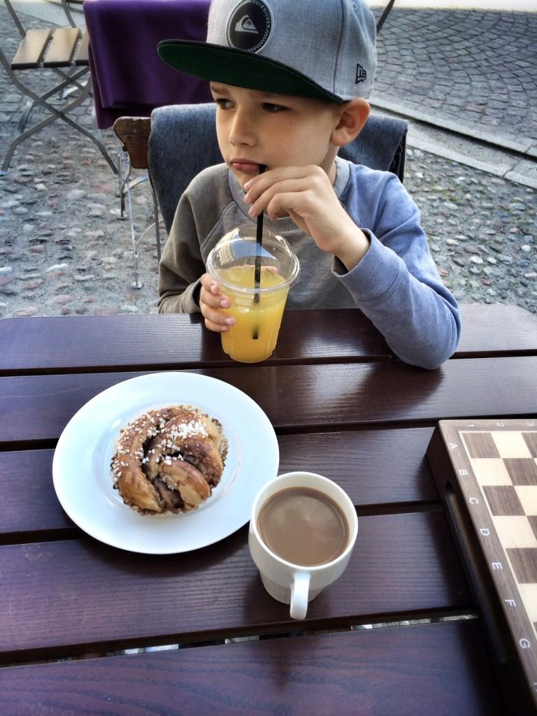 Kaffe, kanelbullar og et slag skak