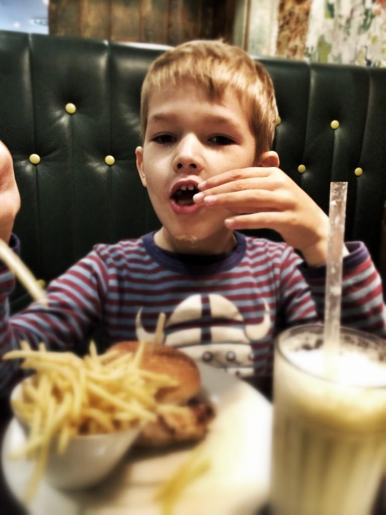 Burgers med fritter og milkshake på GBK